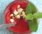 pudding jaglany z masą daktylowąi musem truskawkowym