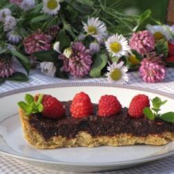 tarta z kremem daktylowo-czekoladowym i malinami