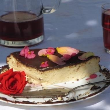 sernik urodzinowy i sok porzeczkowy