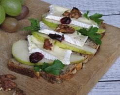 kanapka z gruszką i serem