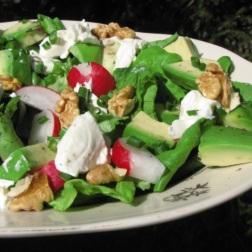 zielona sałata z rzodkiewkami, awokado i orzechami