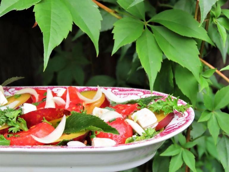 sałatka z pomidorów i śliwek 1