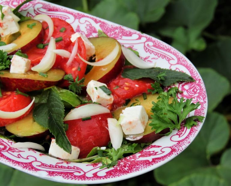 sałatka z pomidorów i śliwek 2