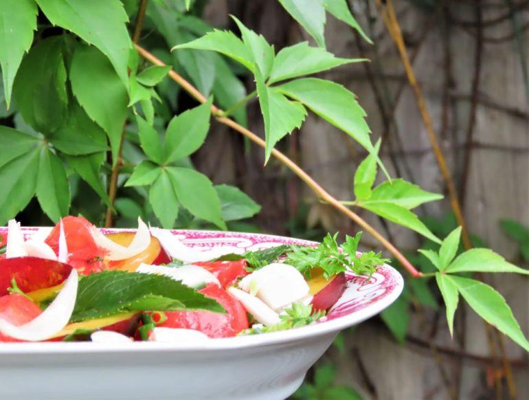 sałatka z pomidorów i śliwek